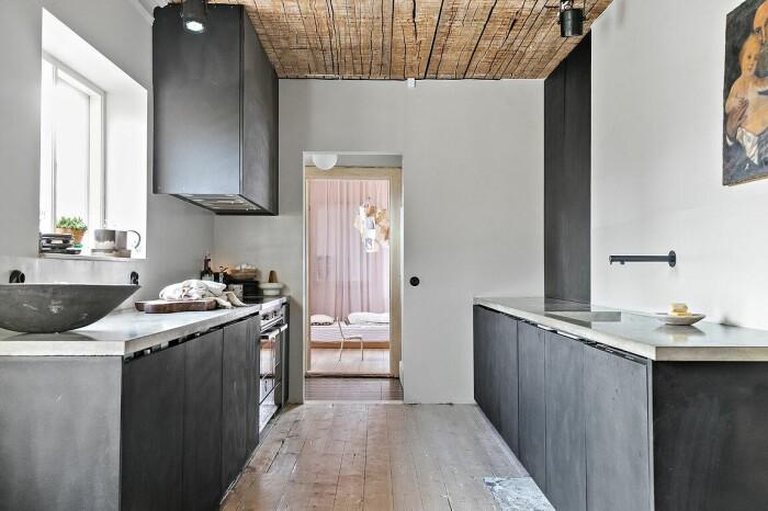 mörkt kök med bänkskiva i betong