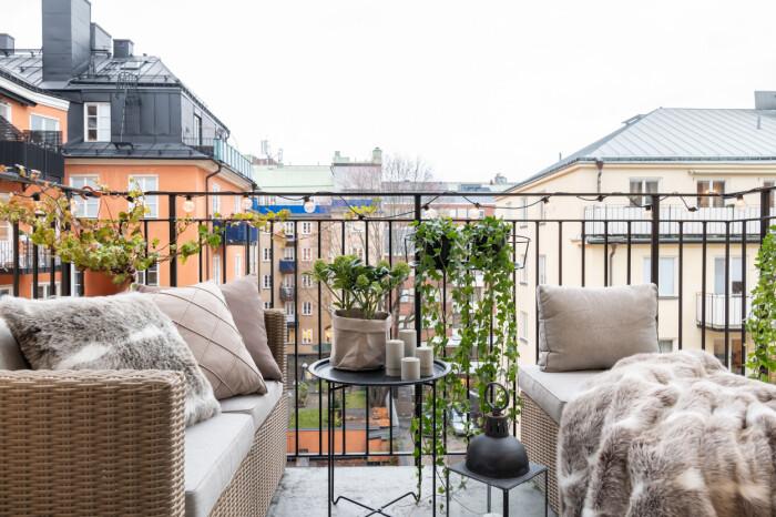 mysig balkong med fuskpäls som värmer i vinter