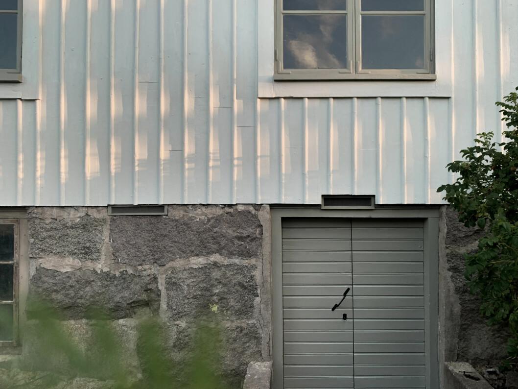 Närbild på husfasaden efter renovering.