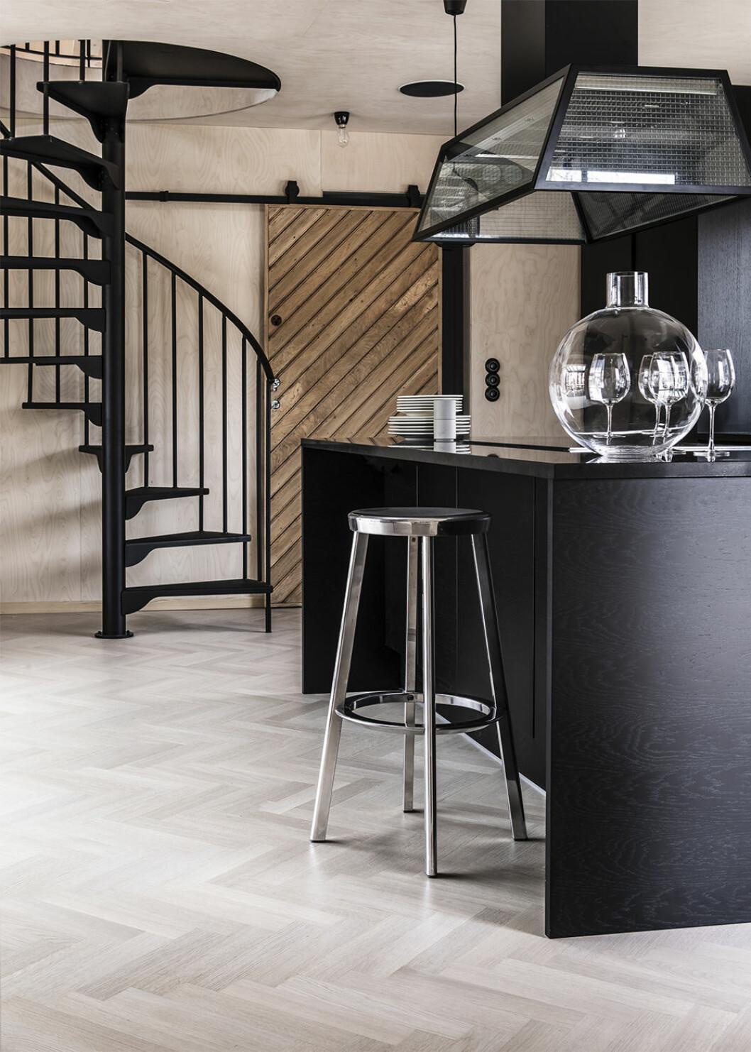 Svart köksö i modernt hem i elegant stil