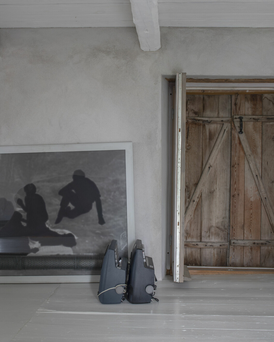 Maria Miesenbergers fotografi stod på golvet i huset på Gotland.
