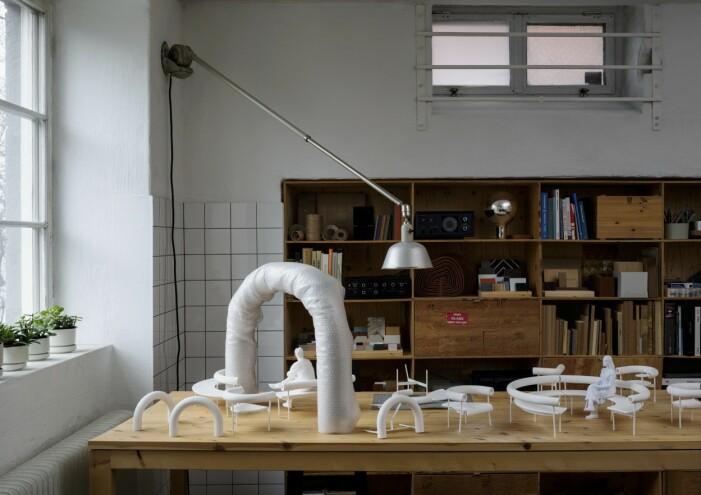 Små vita modeller av Offecct-serien Font