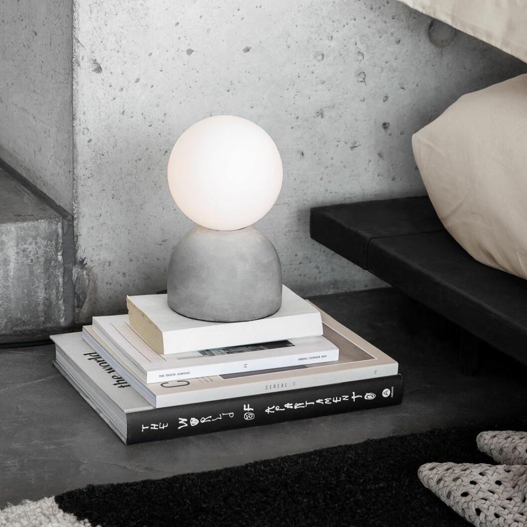 Höstens nyheter hos Granit. Lampa i runda former med mjukt sken.