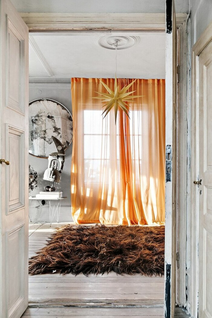 orange gardin och brun fluffig matta
