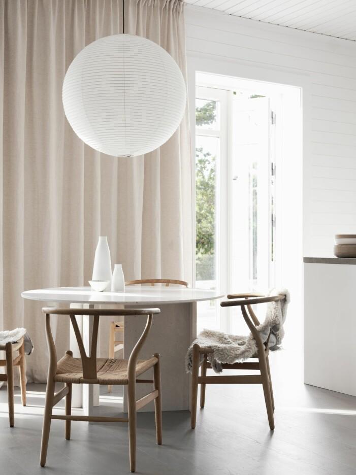 Matplats med bordet Divinity no 2 från Apartment objects, Vintage Y-stolar tillverkade olika år på 70-talet.