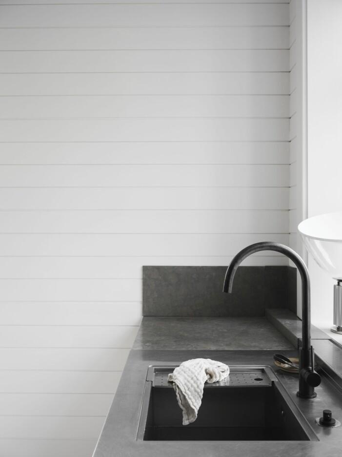 Kök med kalkstensskiva i kombination med rostfritt stål hemma hos Pella Hedeby