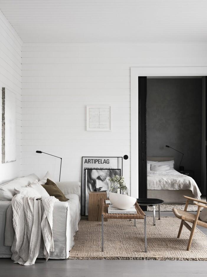 Vardagsrum inrett med soffa från Melimeli, matta Hemp fringe från Roots Living och som soffbord en vintagebänk i rotting från Temporärt