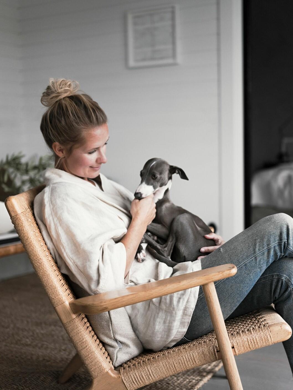 Stylisten Pella med hunden Gypsy.