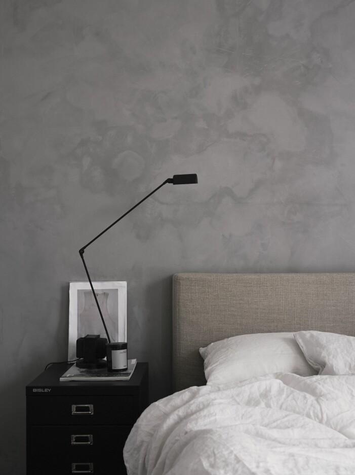 Sovrum med texturfärg på väggen hemma hos stylisten Pella Hedeby