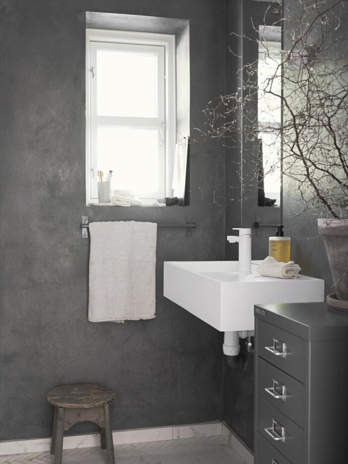 Väggarna i badrummet är behandlade med kalkfärg.