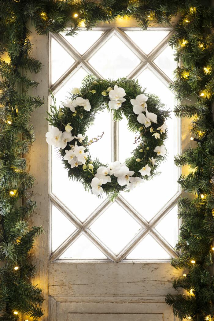 vacker julkrans med orkidéer