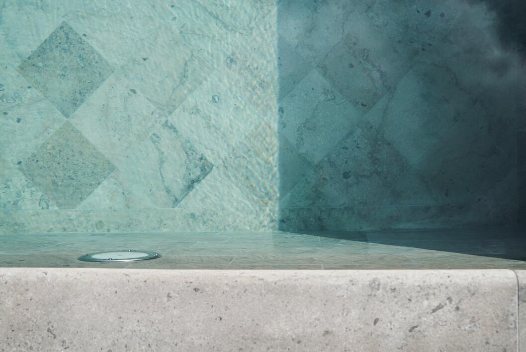Vacker pool med detaljer på botten, klädd i gotländsk kalksten.