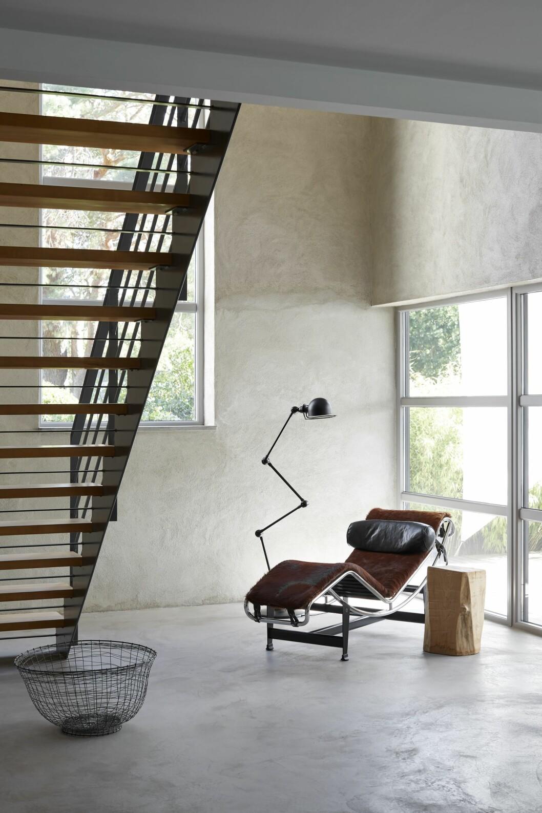 Le Corbusiers klassiska liggfåtölj nedanför trappen.