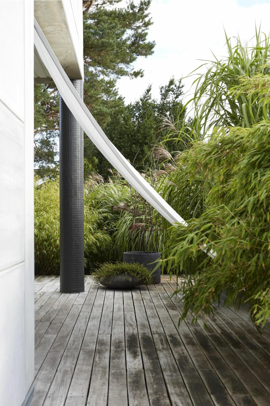 Segel i trädgården ger vind- och solskydd.