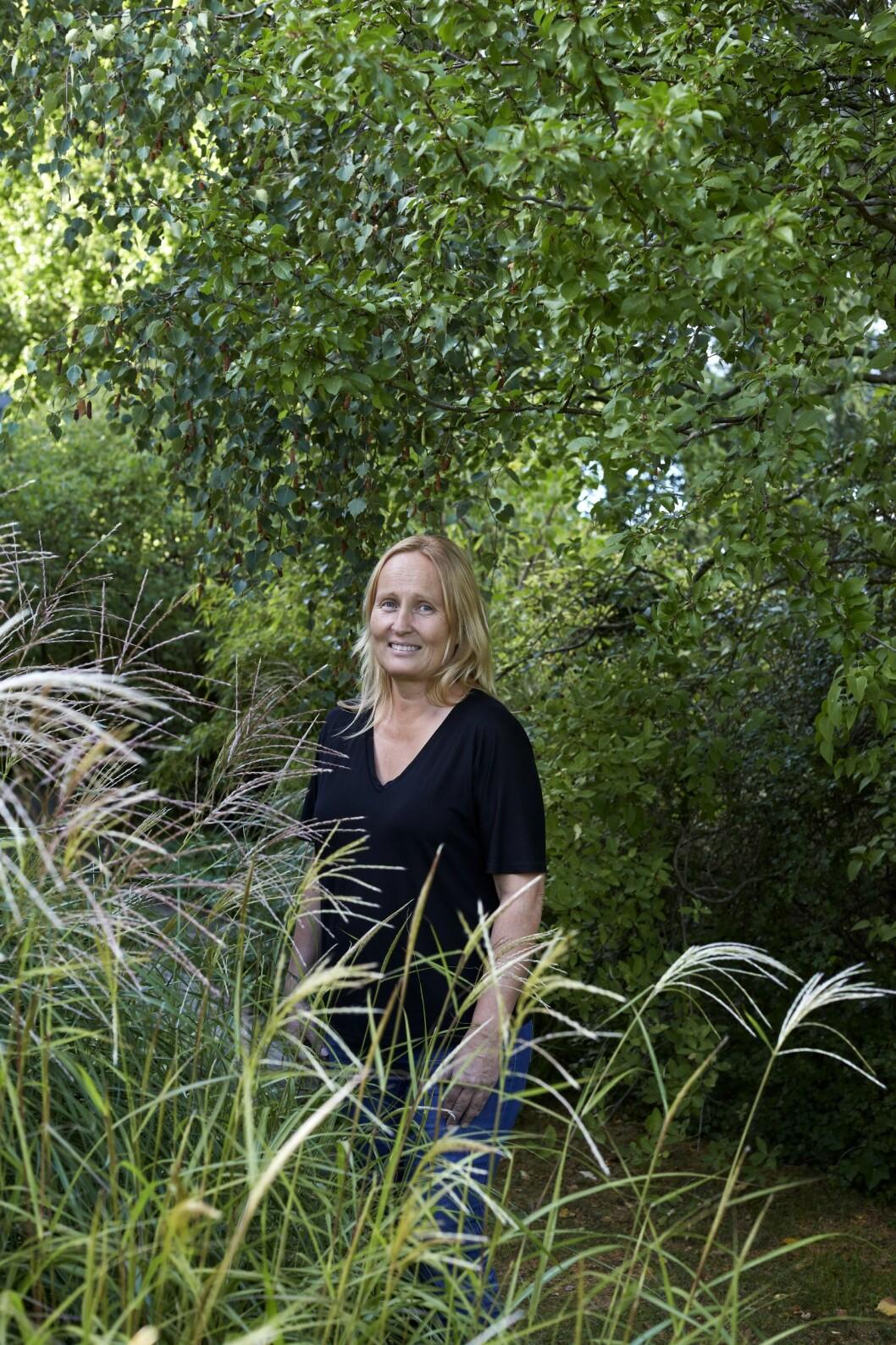 Susann Larsson i sin trädgård i Lomma.