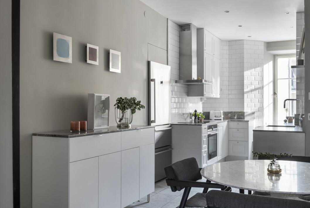 Ovanpå skänken i köket står ett konstverk av Rune Hagberg, som är ett av Carls favoriter i den privata samlingen.