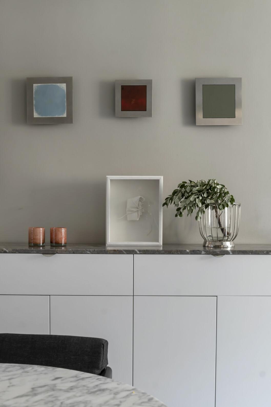Konstverk av Rune Hagberg. Det vita verket som står ovanpå skänken.