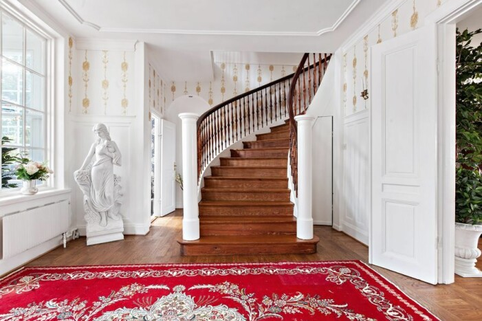 Slott till salu för 59 miljoner kronor, trappor