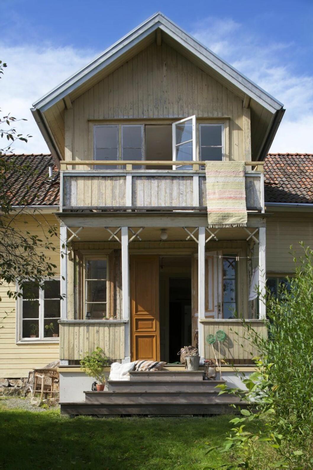 Huset Arvidas visar finsidan för besökaren, den nymålade med köksingång och ett gigantiskt plommonträd på knuten.
