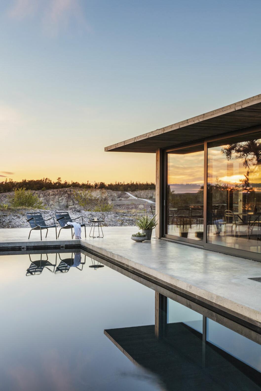 Bild på hus och pool vid kargt landskap vid Bungenäs på Gotland.