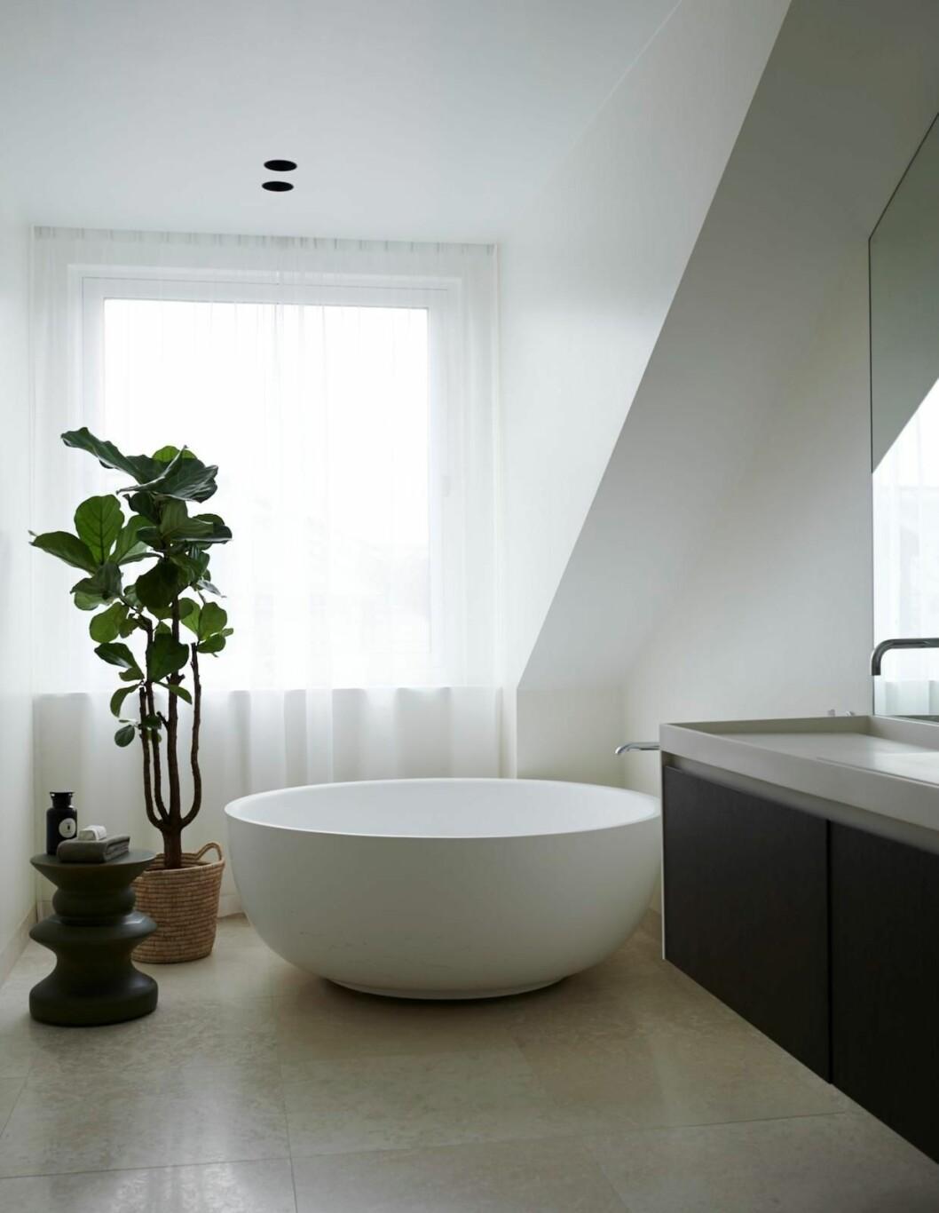 Claes Dalén inredare vindsvåning Stockholm Residence, badrum, runt badkar, dova färger
