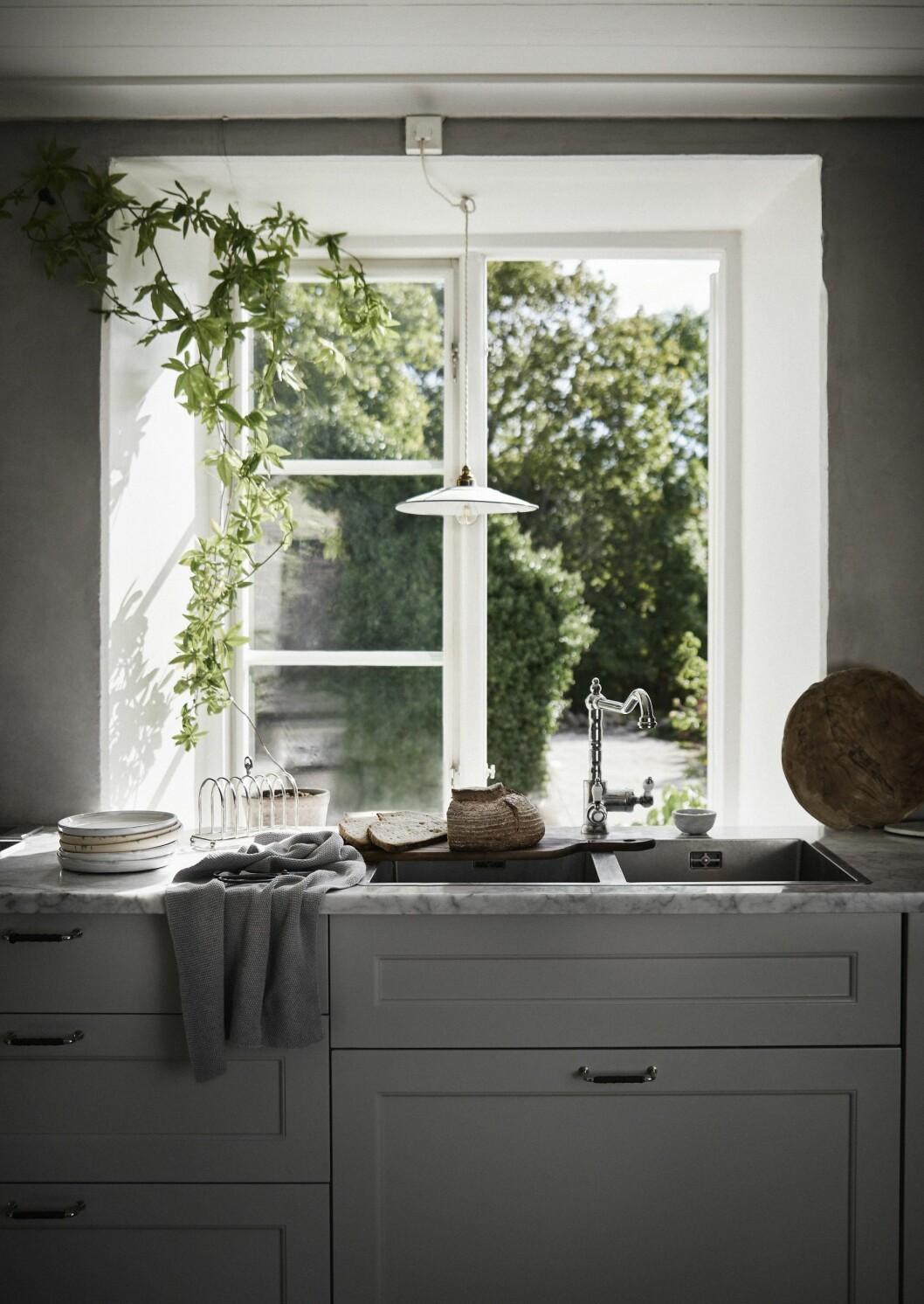 Kök med marmorbänk och fönster.