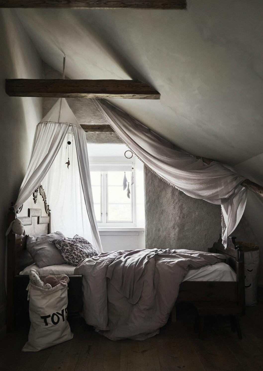 Sovrum med träbalkar i taket.