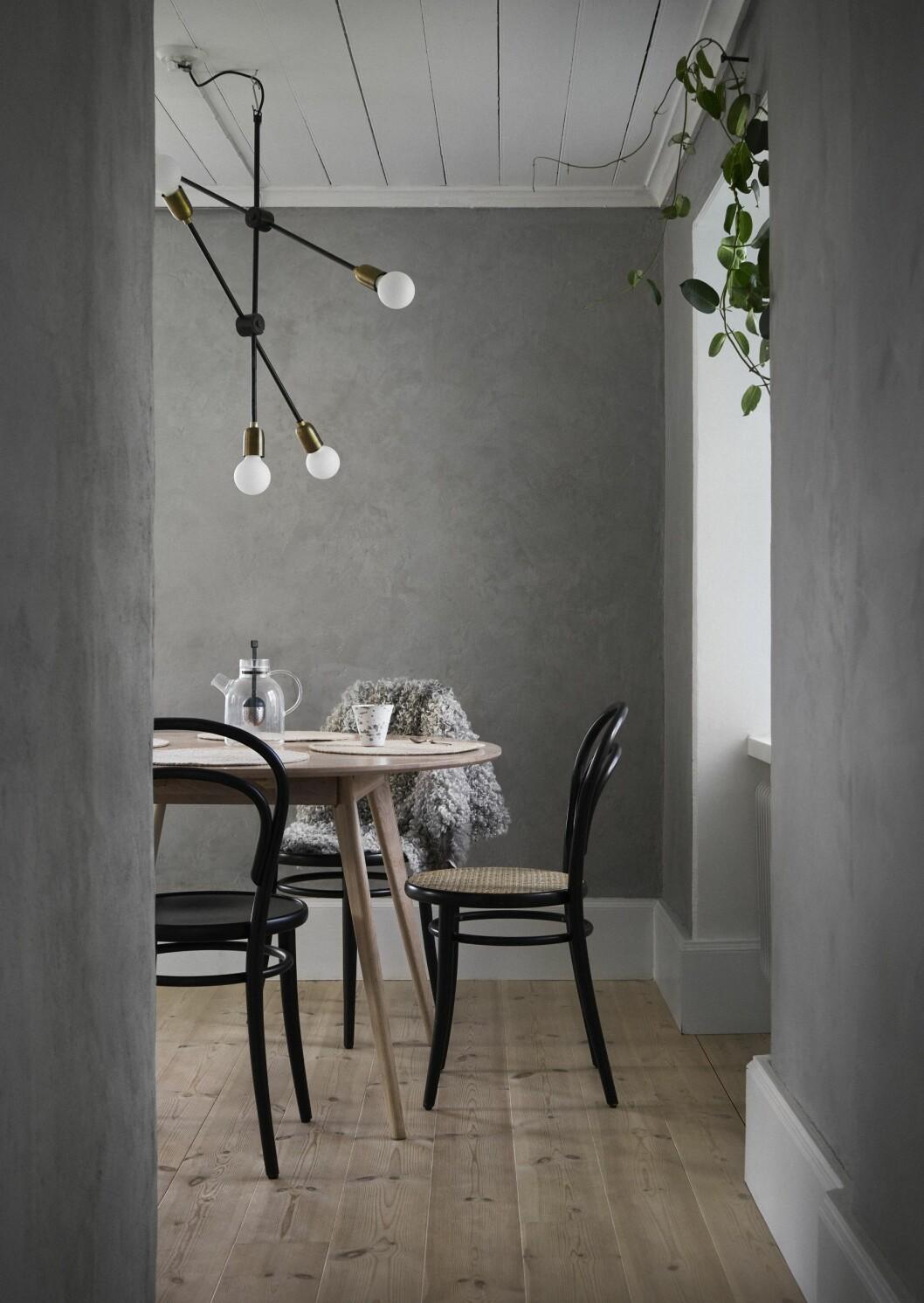 Kök med grå väggkulör.
