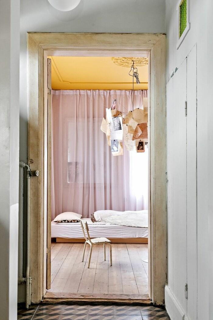 rum i rosa och gult