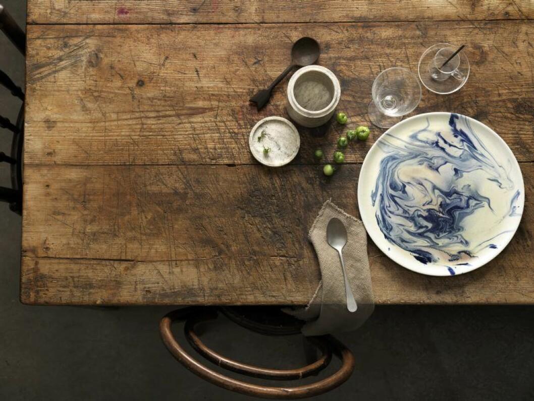 rustikt bord omnipolloshatt tallrik