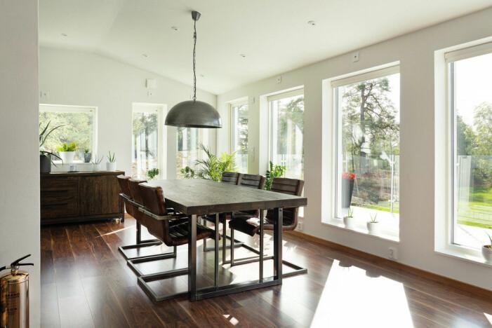 Rymligt vardagsrum i ljus stil