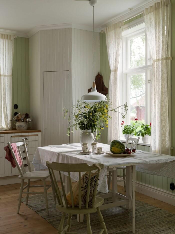 Skapa sommarkänsla i köket med lantliga inslag
