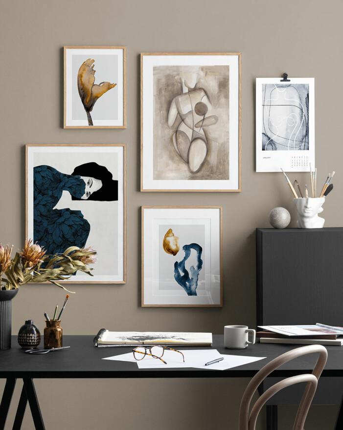 Använd ramar som går i samma färg eller liknande nyans som din väggfärg