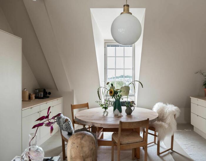 Etagelägenhet i Saltsjökvarn sex rum och balkong köket matbord