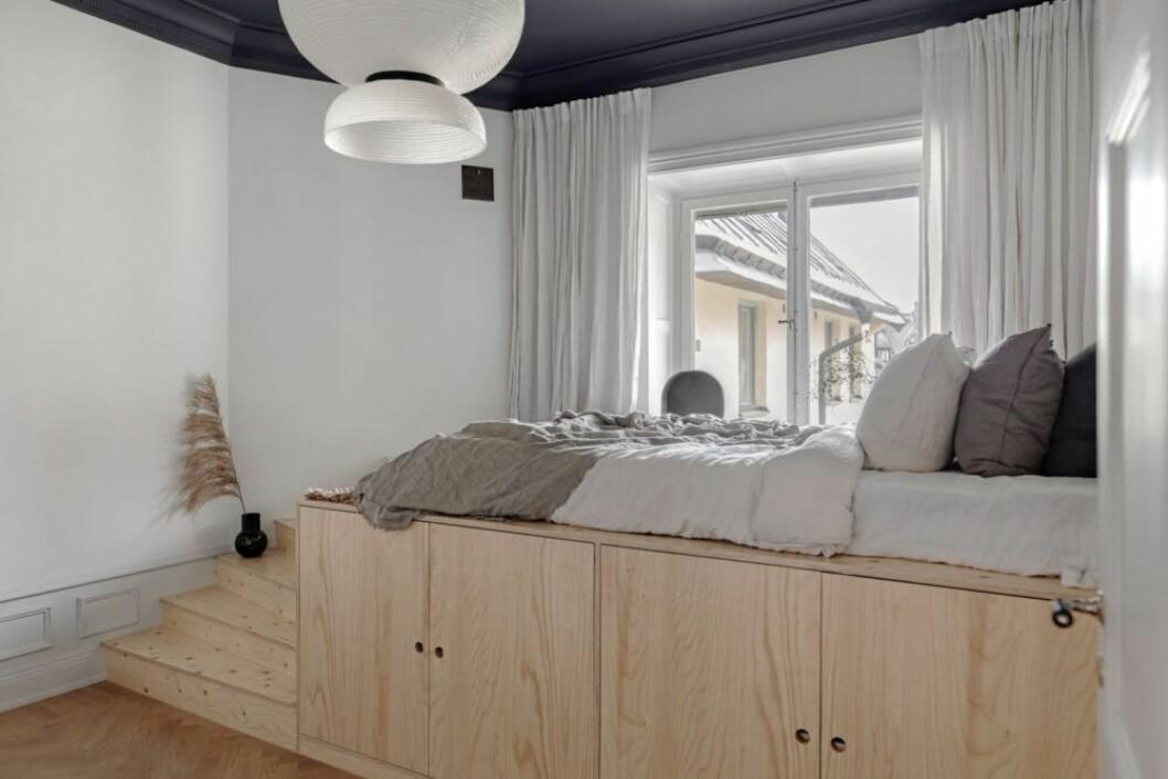 säng med förvaring i furu