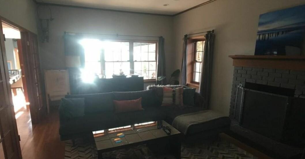 Vardagsrum med vita väggar