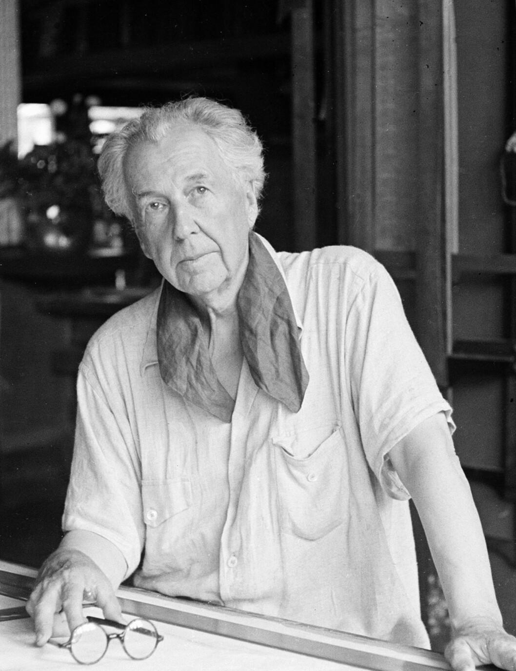 Porträtt av arkitekten från 1938. Frank Lloyd Wright i sin studio och bostad i Taliesin, Pheonix Arizona.