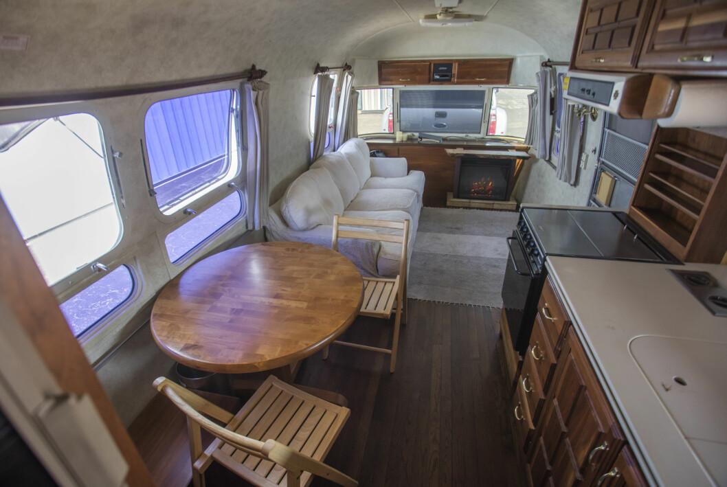 Tom Hanks husvagn kök och vardagsrum.