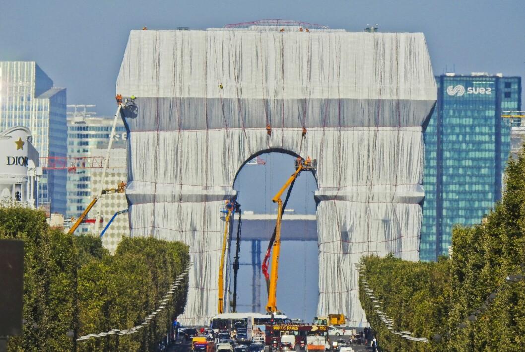Triumfbågen täcks av 25 000 kvadratmeter tyg.