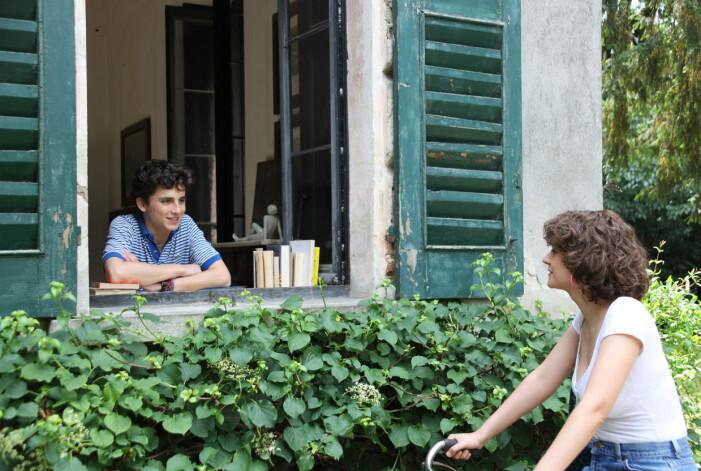Elio, huvudrollskaraktären i filmen Call me by your name, kikar ut ur sitt sovrumsfönster i villan.