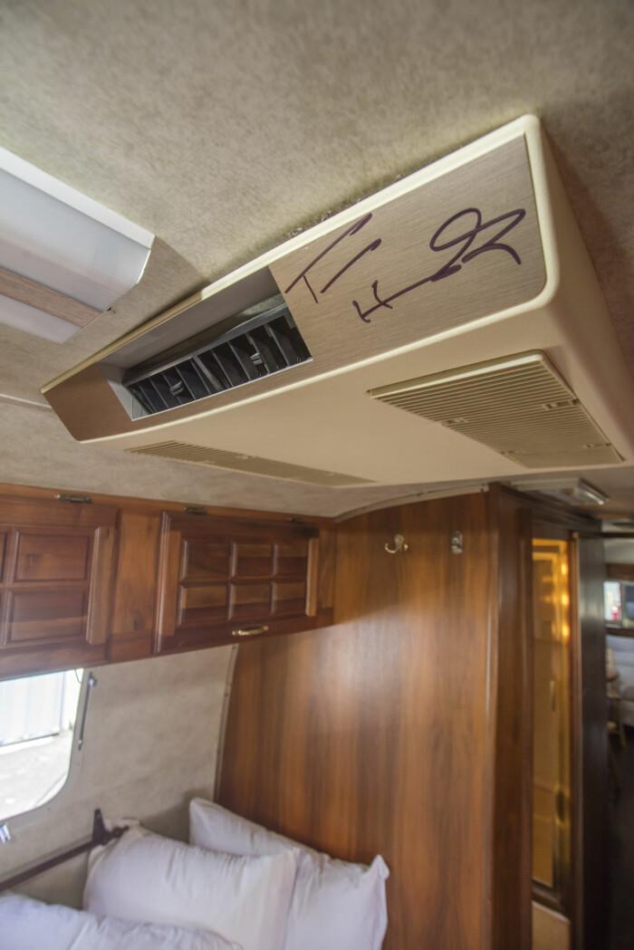 Tom Hanks har signerat sin husvagn av modellen 1992 Airline, som är till salu.