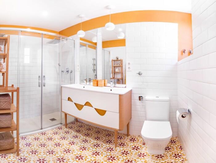 Sociala människor tycker om orangea badrum.