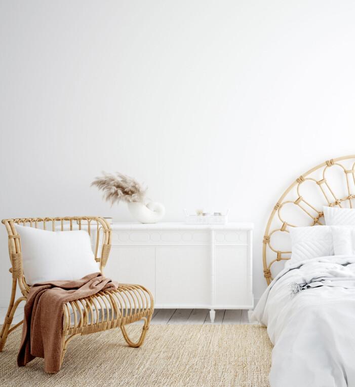 Vita väggar i sovrum