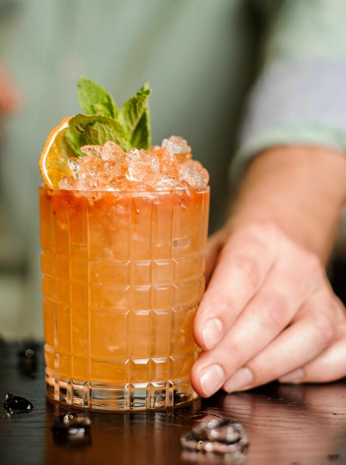 Läskande cocktail med persika till midsommar