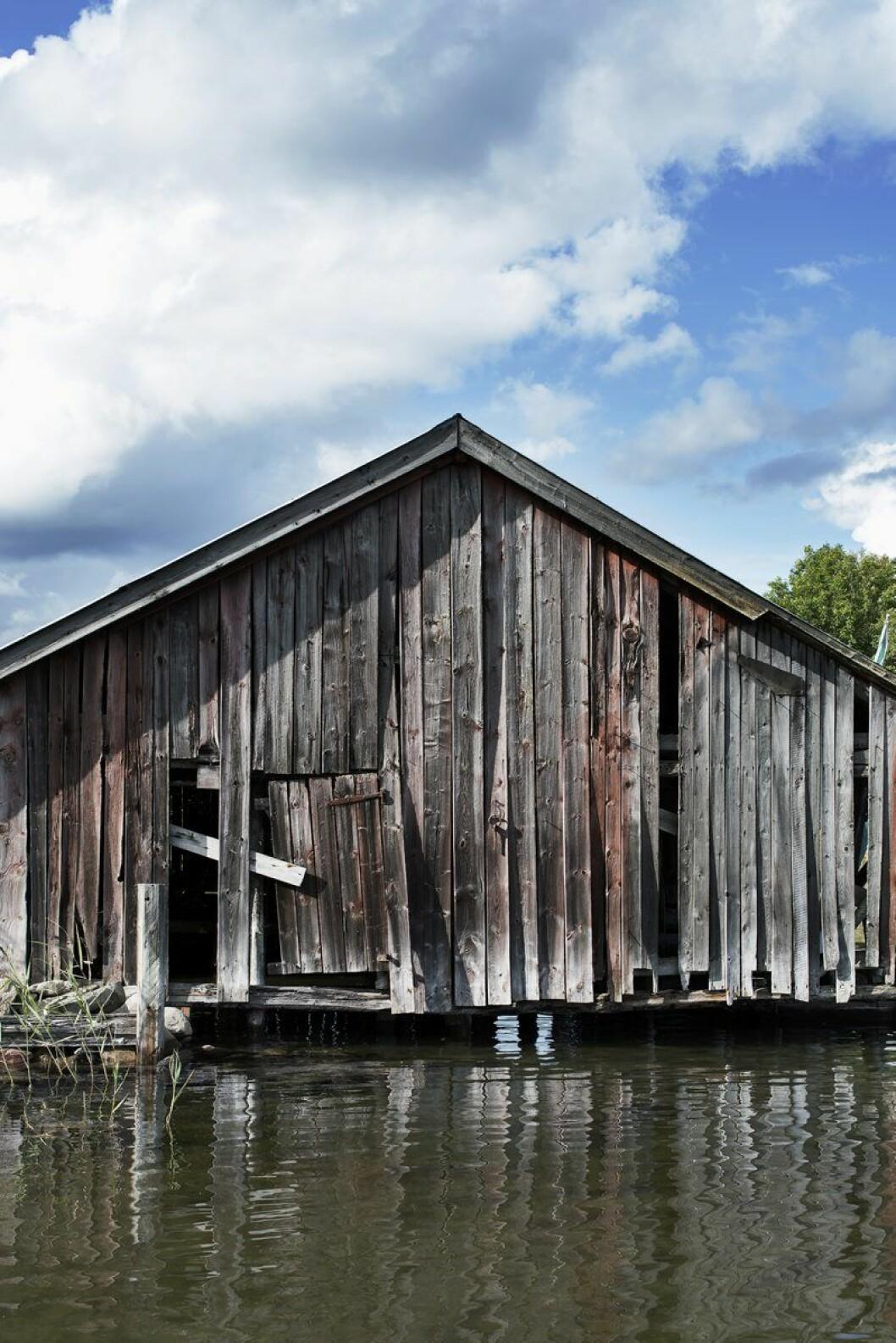 Båthusets gistna brädor viskar om framtida sommardrömmar.