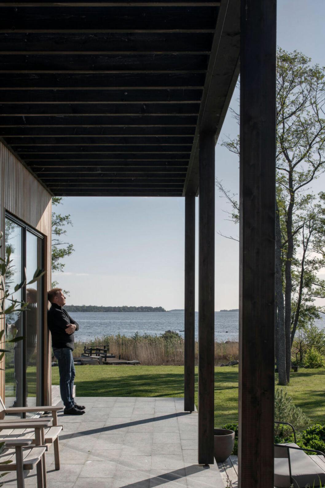 Skargaarden altan med utsikt över vattnet
