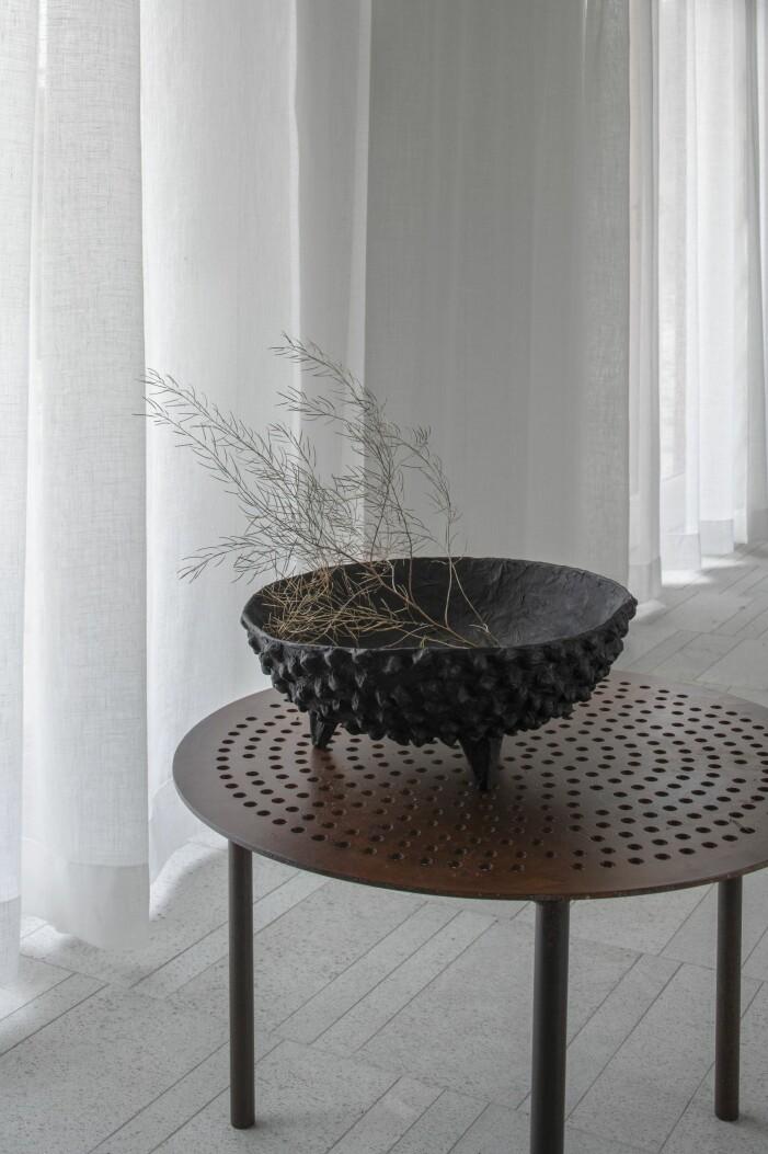 Skål och bord designat av Karin Wingårdh