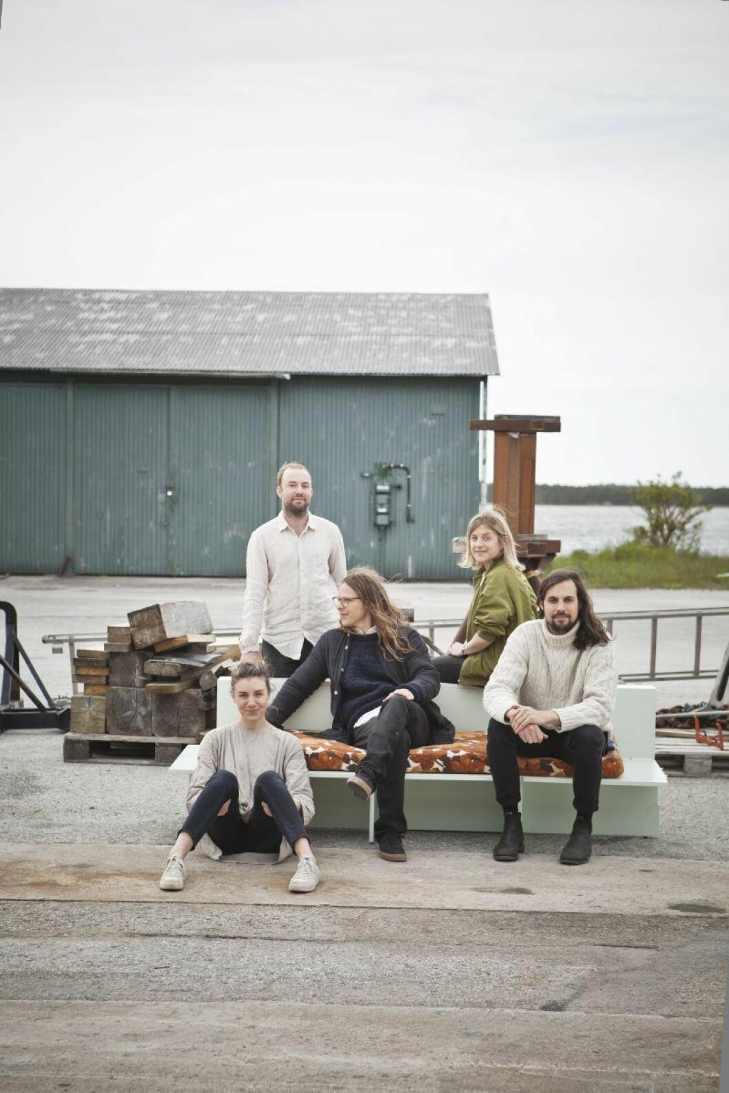 """Skälsö-gänget trivs utomhus. Från vänster: Sofia Nyman, Erik Gardell, Joel Phersson, Lisa Ekström och Mats Håkansson utanför sitt kontor. Industrilokalen hade stått orörd sedan 70-talet. """"När vi kom hit hängde det kvar kläder, namnskyltar och tidningar. Som i en tidkapsel."""""""