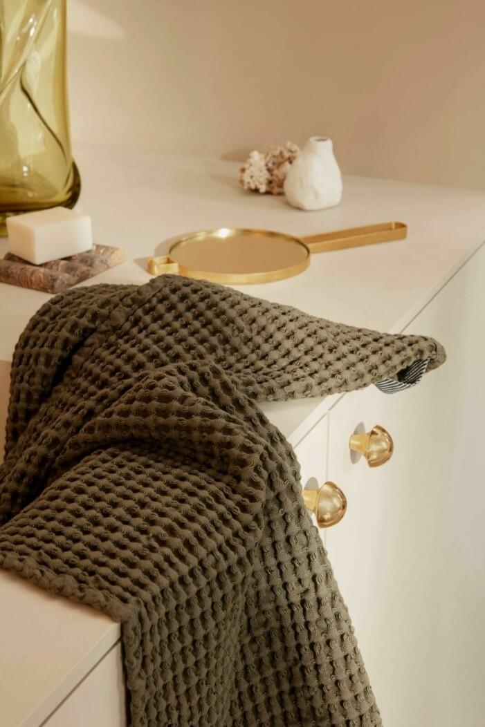 Så skapar du ett tidlöst och jordnära badrum, grön handduk