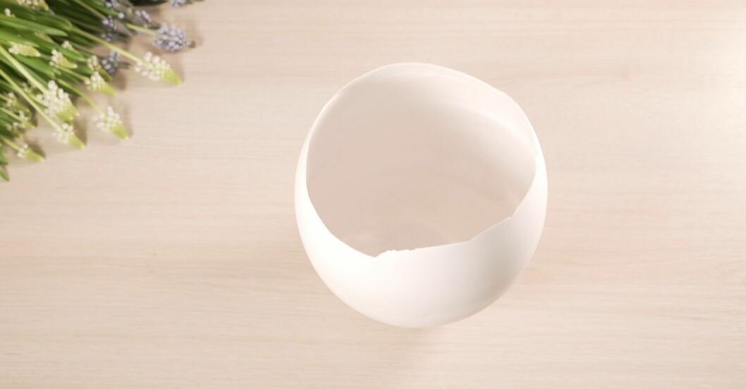 Vit kruka i gips står på ett bord.